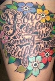 女生大腿上彩绘渐变简单线条花朵和英文纹身图片