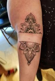 女生手臂上黑色线条素描创意文艺梵花花纹纹身图片