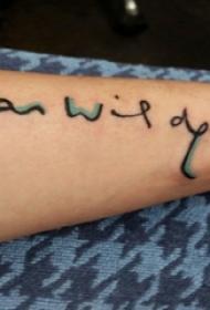 男生手臂上彩绘简单抽象线条小巧符号纹身图片