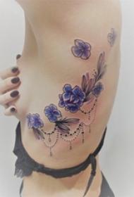 女生侧腰上彩绘渐变简单线条小清新植物花朵纹身图片