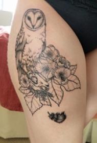 女生大腿上黑色点刺简单线条植物花朵和猫头鹰纹身图片