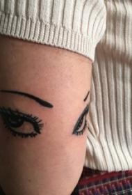 女生手臂上黑色简单个性线条创意眼睛纹身图片
