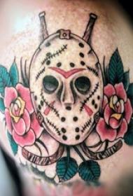男生大臂上彩绘植物花朵和面具纹身图片