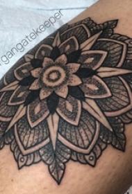 男生手臂上黑灰素描点刺技巧文艺唯美梵花花纹纹身图片