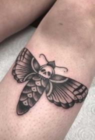 男生小腿上黑色点刺简单线条骷髅小动物蝴蝶纹身图片