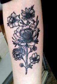 男生手臂上黑灰素描点刺技巧唯美花朵纹身图片