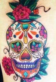 男生大腿上彩绘渐变简单线条植物花朵和骷髅纹身图片