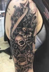 女生大臂上黑色点刺简单线条花朵和骷髅纹身图片