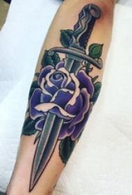 男生手臂上彩绘水彩素描创意文艺花朵匕首纹身图片
