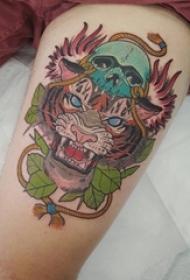 女生大腿上彩绘简单线条植物叶子和老虎纹身图片