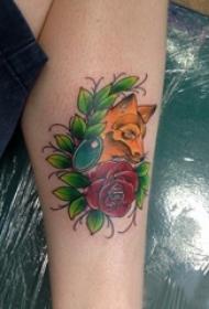 女生小腿上彩绘渐变简单线条植物花和狐狸纹身图片