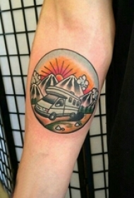 男生手臂上彩绘水彩素描文艺风景圆形纹身图片