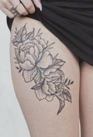 女生大腿上黑灰素描点刺技巧文艺唯美花朵纹身图片