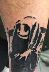男生小腿上黑色点刺抽象线条卡通幽灵纹身图片
