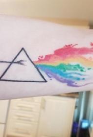 女生手臂上彩绘渐变几何抽象线条三