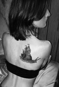 女生后背上黑色点刺几何简单线条帆船纹身图片
