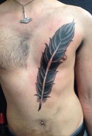 男生胸部黑色点刺简单线条羽毛纹身图片