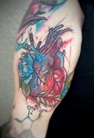 男生大臂上彩绘渐变简单线条植物花朵和心脏纹身图片