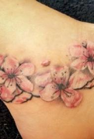 女生脚踝上彩绘渐变简单线条植物梅花纹身图片