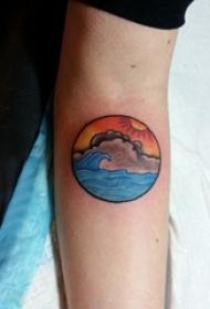 女生手臂上彩绘渐变几何线条山水风景纹身图片