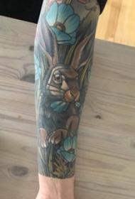 男生手臂上彩绘水彩素描可爱兔子花臂纹身图片