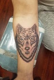 男生手臂上黑灰素描点刺技巧霸气狼头纹身图片