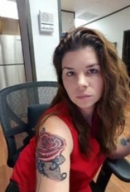 纹身玫瑰花 美女手臂上立体小纹身玫瑰花和蕾丝花边纹身图片