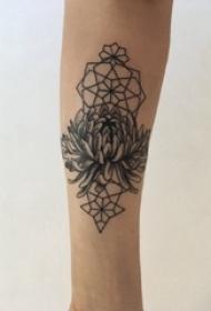 黑灰菊花纹身 男生手臂上黑灰菊花纹身图片