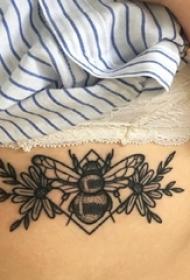 小蜜蜂纹身 女生胸下小蜜蜂纹身图片