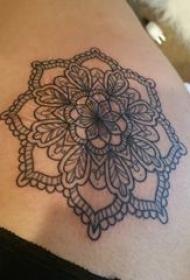 梵花纹身 女生肩部黑色纹身梵花纹身图片