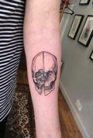 骷髅纹身 男生手臂上黑灰色骷髅纹身图片
