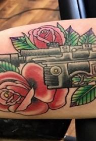 纹身枪 男生手臂上玫瑰花和枪纹身图片