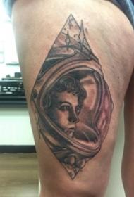 黑色纹身 男生大腿上黑色的宇航员纹身图片