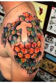简单十字架纹身 男生肩膀上彩绘十字架纹身图片
