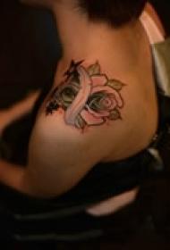 秀丽玫瑰肩部纹身