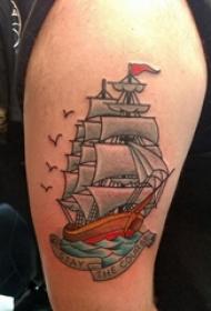 大臂纹身图 男生大臂上彩色的帆船纹身图片
