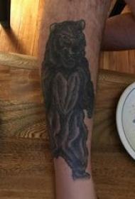 熊纹身 男生小腿上黑色的熊纹身图片