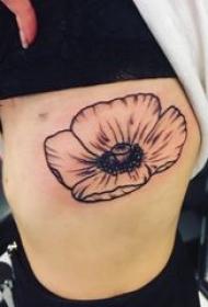 纹身罂粟花 女生侧腰上黑色的罂粟花纹身图片