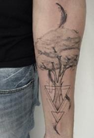 手臂纹身素材 男生手臂上黑色的大树纹身图片