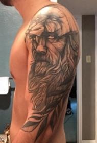 人物肖像纹身 男生大臂上黑灰人物肖像纹身图片