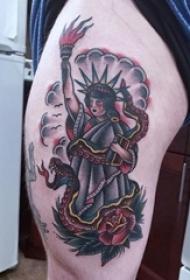 纹身自由女神 大腿上彩色传统纹身自由女神和蛇花纹身图案大全