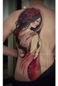 人物肖像纹身 男生后背上彩色的人物肖像纹身图片