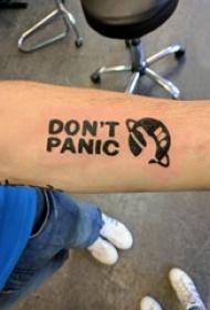 星球英文纹身 男生手臂上文艺星球英文纹身图片