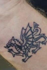 飞龙纹身图 男生手腕上黑色的飞龙纹身图片