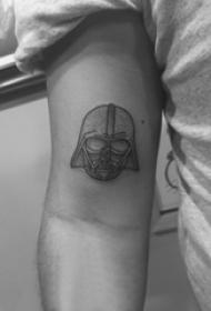 手臂纹身素材 男生手臂上黑色的头盔纹身图片