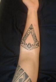 部落图腾纹身 男生手臂上黑色的部落图腾纹身图片