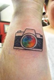 手臂纹身素材 男生手臂上彩色的照相机纹身图片