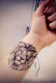 狮子头纹身 男生手腕上狮子头纹身图片