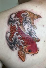 纹身红鲤鱼 男生后背上彩色的鲤鱼纹身图片