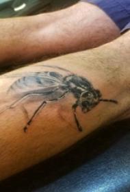 小动物纹身 男生小腿上黑色的蜜蜂纹身图片